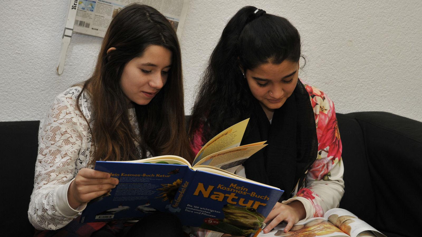 Gemeinsames Lesen zweier Mädchen